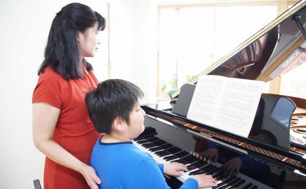 フェリーチェピアノ教室の小学生のピアノレッスン